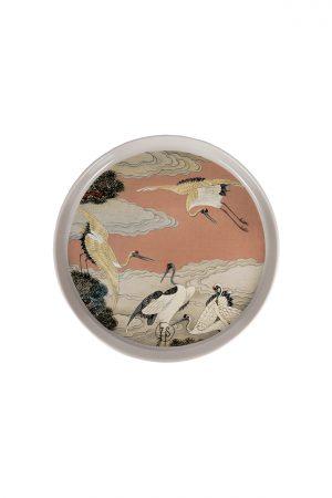 Eigenschappen: Materiaal: aardewerk Maat: 22×1,5cm Kleur: het kunstwerk heeft meerdere kleuren met zachte tinten Extra: niet geschikt voor in de vaatwasser Let op : wanneer je dit bord als dinerbord gebruikt, kan mogelijk de print beschadigen door krassend bestek.