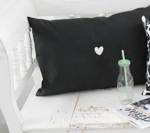 no28wonen.nl LabelR outdoor kussen druk op pauze en geniet zwart no28 wonen en lifestyle webshop